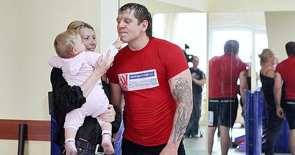 Александр Емельяненко с женой и дочкой
