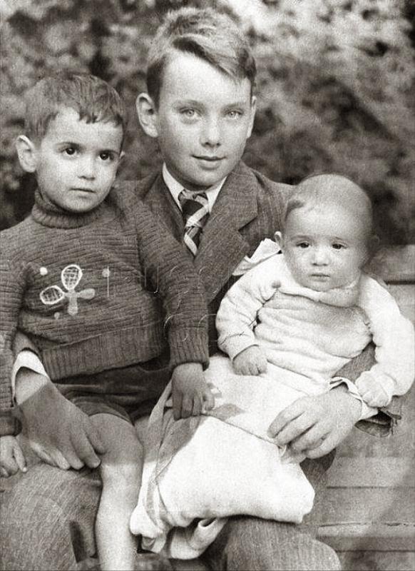 Алексей Баталов в детстве с младшими братьями
