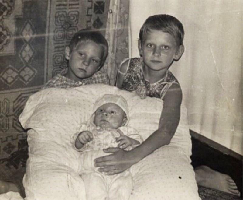 Федор Емельяненко с двумя младшими братьями