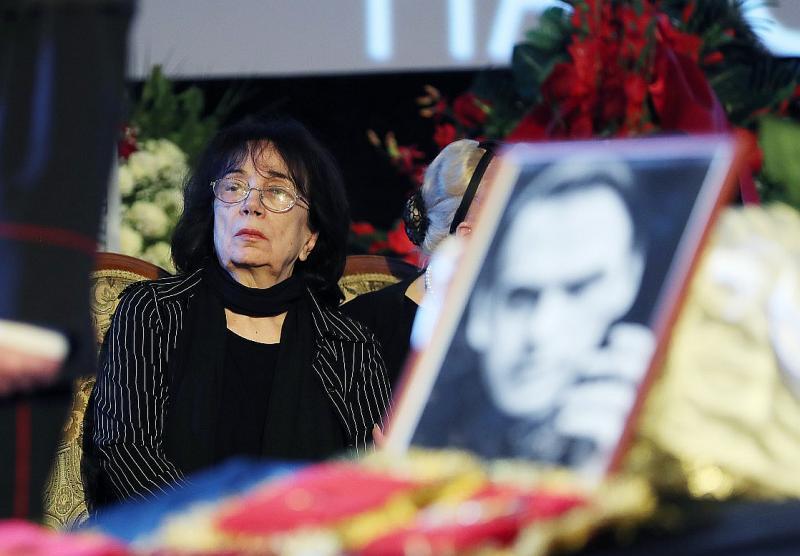Гитана Леонтенко на похоронах мужа