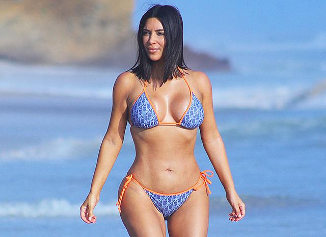 Ким Кардашян в купальнике, обнаженная