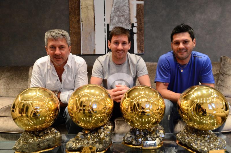 Матиас Месси (справа) брат Лионель (в центре) и папа Хорхе с наградами 'Золотой мяч'