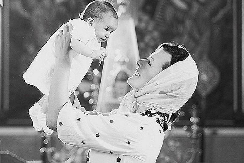 Мила Йовович крестила дочь в православном храме и нарекла ее Дарьей